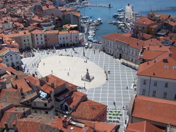 La plaza trapezoidal de Tartini es el corazón de Piran que se vuelca hacia el puerto