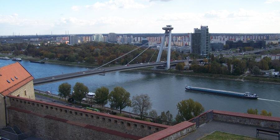"""Puente SNP o Nový Most, conocido popularmente como """"puente ovni"""", que une Bratislava vieja y nueva"""