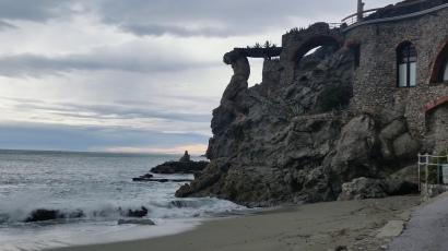 """""""Neptuno"""" excavado en roca, en el extremo norte de la playa de Monterosso al Mare"""