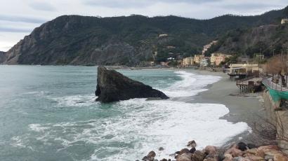 Playa de Monterosso al Mare con el peñón que la divide
