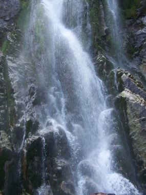 De cerca, chorro de la cascada del Tabayón