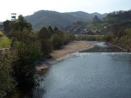 Paseo fluvial del Nalón, entre Ciañu y L'Entregu, con el castillete del pozu Cerezal, antiguo Santa Bárbara