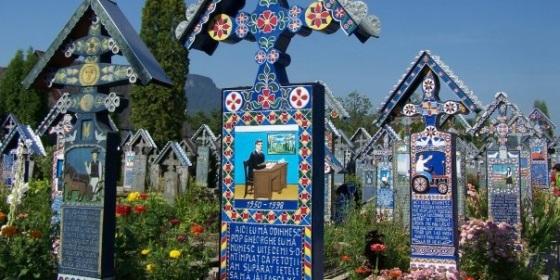 """Epitafios artísticos del cementerio """"feliz"""" de Sapanta, en la frontera con Ucrania"""
