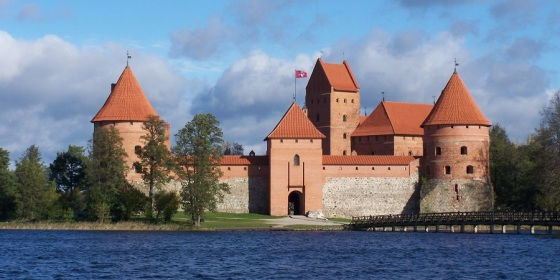 Lago Galvé y castillo de Trakai, emblemática y antigua capital de Lituania