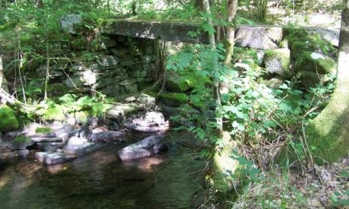 Puente de piedra sobre el río Agüeira que bifurca la ruta de la Seimeira de la de Busqueimado