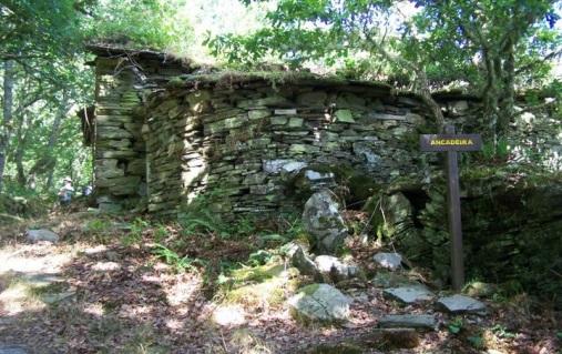 Aldea abandonada de Ancadeira, en mitad de la ruta de la Seimeira