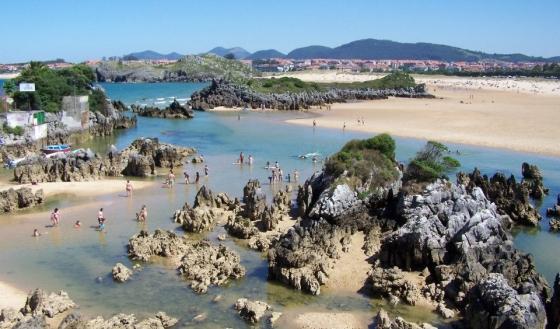 Playa de Los Barcos, en Isla (Cantabria), casi unida a Cuarezo y Ris, Noja, en marea baja