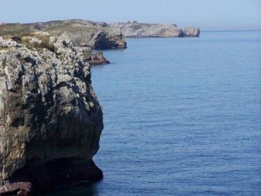 Acantilados a la altura de Gulpiyuri, el mar que ha horadado la playa