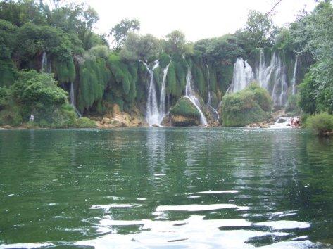 Desde el lago, cataratas de Kravica