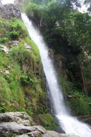 Vista lateral completa de la cascada de Firbia, en Oneta