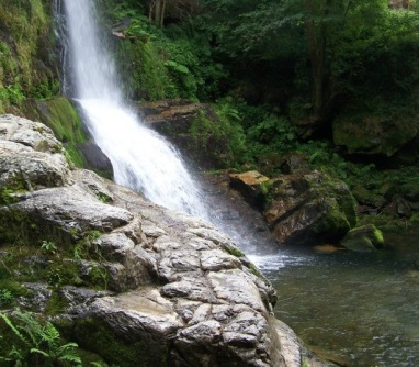 Poza que forma la cascada de Firbia antes de seguir su curso como río Oneta