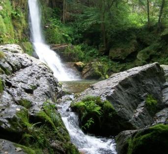 Caída final de la cascada de Firbia en la poza y salto de la poza al río Oneta