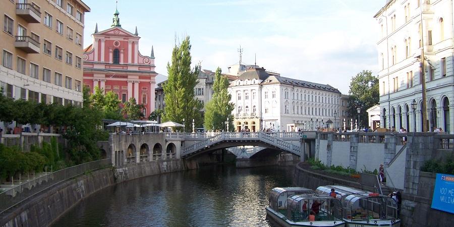 Río Ljubljanica, con el Tromostovje (puente triple) y la catedral de Ljubljana al fondo