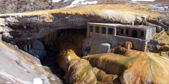 Puente del Inca, en el corazón del Parque del Aconcagua, Andes Argentinos, último tramo del Camino del Inca y pie de la frontera con Chile