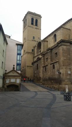 Fuente del Peregrino y parroquia de Santiago el Real