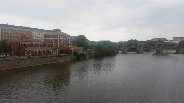 Río Ebro, con el Puente de Piedra al fondo y la Casa de las Ciencias en la orilla norte