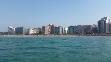 Playa de San Lorenzo, en verano, desde alta mar