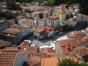 Cudillero, su plaza y tejados, desde el mirador