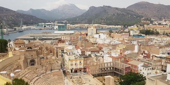 Teatro romano, puerto y mar Mediterráneo desde el Castillo de la Concepción