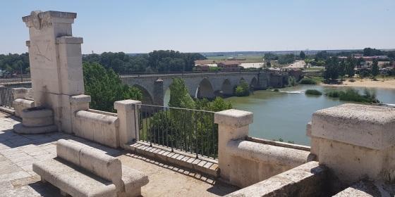 Puente de Tordesillas, en Valladolid, sobre el río Duero, con su playa fluvial