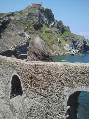 Puente y escalones de subida a San Juan de Gaztelugatxe