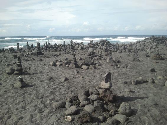 Playa de Janubio, de arena gris y monolitos de piedras