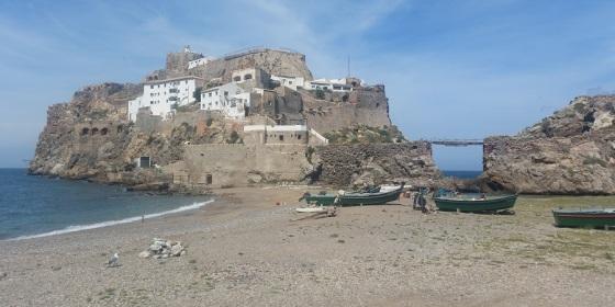 Peñón de Vélez de la Gomera y en primer plano, botes en la playa de Badis (Marruecos)