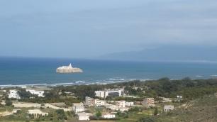 Bahía de Alhucemas desde la costa central, donde crecen las construcciones y con el Peñón de Alhucemas (España)