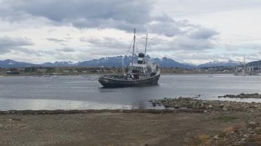 Paseo por la Bahía Encerrada y montañas nevadas en verano al otro lado del Beagle