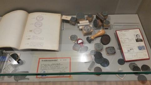 Documentación falsa y sellos usados por la Resistencia