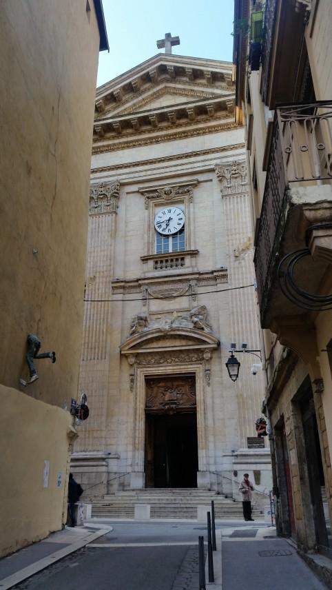 Iglesia de Saint Polycarpe en el barrio de la Croix Rousse con una curiosa escultura en un muro