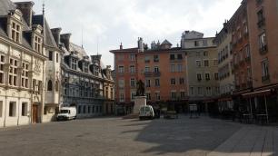 Plaza de Saint André y La Table Ronde, a la derecha