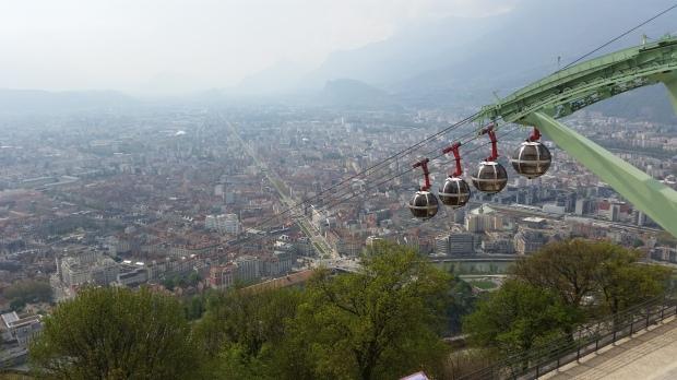 Teleférico bajando hacia Grenoble, con los macizos alpinos bajo la niebla