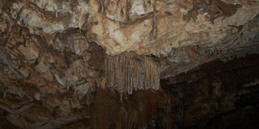 Techumbre y pequeña colada en las cuevas de Vjetrenica, Bosnia