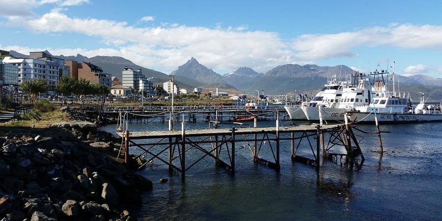 Ushuaia, capital de Tierra del Fuego: puerto deportivo, fachada y las últimas faldas andinas