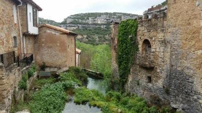 El río entre casas a punto de hacer cascada