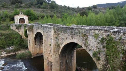 Puente de piedra sobre el Ebro en Pesquera