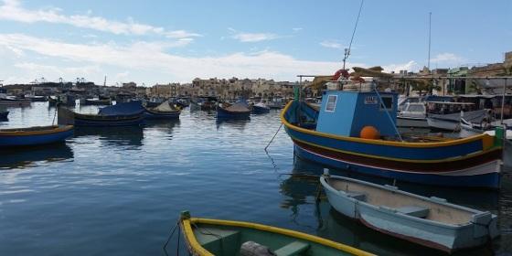 Malta: coloridas barcas o luzzus en el pueblo pesquero de Marsaxlokk