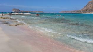 Granos de arena rosa en la playa de Balos