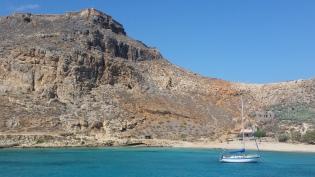 Llegada a la bahía Gramvoussa con el castillo y la subida a él