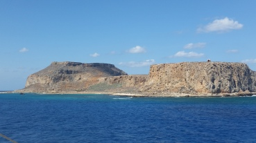 Imeri Gramvoussa desde el barco, con el castillo mimetizado en la montaña