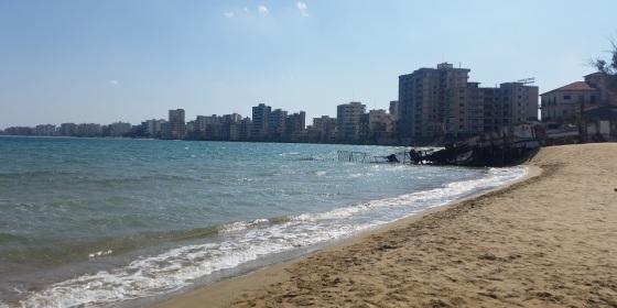Ciudad fantasma de Varoshia desde Palm Beach, Famagusta, con el extremo final de la valla militar