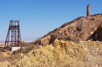 Castillete y torre de chimenea de la mina de Mazarrón