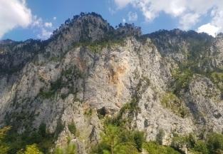 Cuevas en las montañas del cañón del Tara