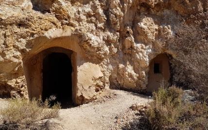 Entrada a edificios excavados en la roca de la mina de Mazarrón