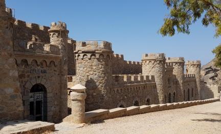 Fachadas de Castillitos donde se ve que los edificios están semienterrados para camuflarse