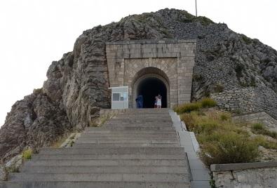 Entrada al túnel del Mausoleo de Monte Lovćen