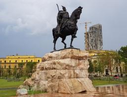 Estatua ecuestre de Skënderbej en la plaza homónima