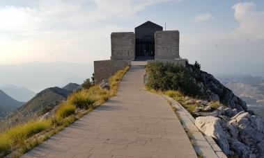 Entrada al mausoleo del Monte Lovćen