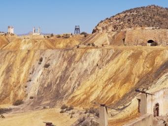 Laderas de mineral hacia la explanada principal